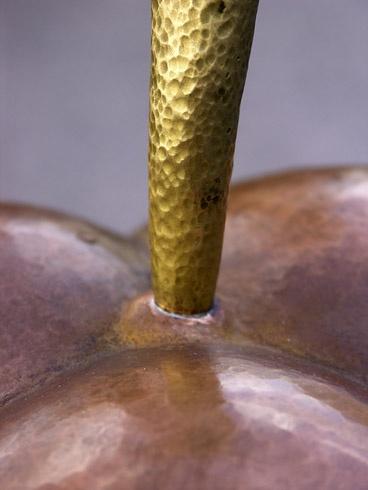 JURAJ  KOPNICKÝ - Bonboniera - kovaný a tepaný umelecký objekt (2008), Technika: Kombinácia - kovaný a tepaný objekt - meď, mosadz, železo, Rozmery: 46x17x17 cm